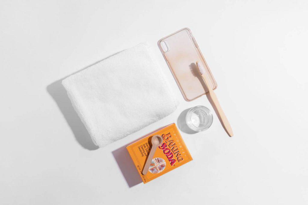 Làm sạch ốp lưng điện thoại bằng nhựa và silicon